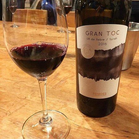 Que no faltin els vins del poble Cavas Hill