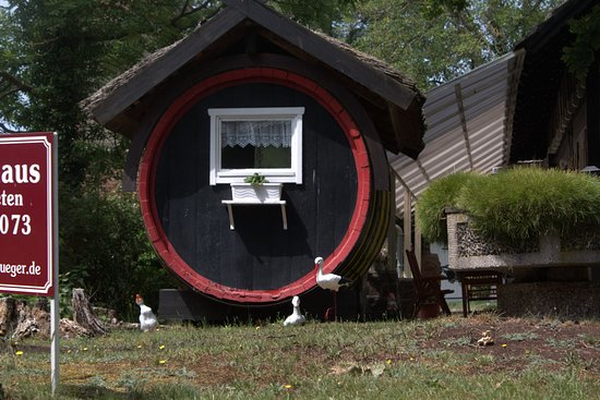 Шпреевальд, Германия: Old gherkin barrel in a garden in Spreewald.