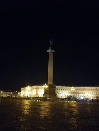 Александровская колонна ночью