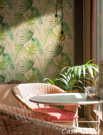 Cafetería ecológica, con leches vegetales eco y desayunos veganos. Variedad de zumos detox y de frutas de temporada ecológicas y recién exprimidos.