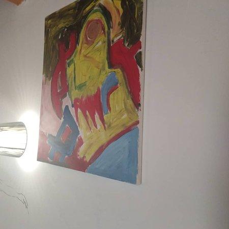 Plouegat-Moysan, Frankrike: Des dessins, des peintures, des tableaux sur les murs