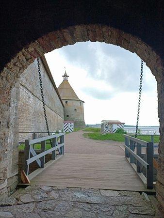 перед входом - ров, он наполнялся водой, мост при нападении врага поднимался