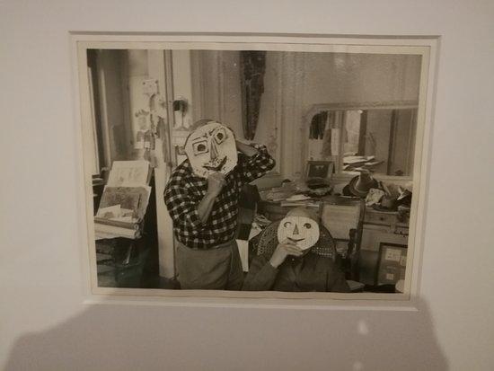 Picasso y Jaime Sabartes con mascaras de papel