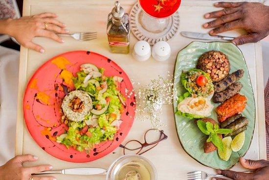 Zaitún Cartagena: Llego la hora de compartir  sabroso en @zaituncartagena  Nuestras puertas se abren as a partir de las 12:00M Música en vivo desde las 7:00pm  Reservas: Llama a 3184939128 o escríbenos reservas@zaituncartagena.com  . . . . . . . .  #sabor #alegría #cartagena #colombia #restaurant #thebestrestaurant #zaituncartagena #lomejordecartagena #thebestrestaurant #musicaenvivo #comidadelcaribecolombiano #centrohistórico #cartagenafoodie #cartagenalafantastica #mixology #cenaenfamilia #quehacerenc