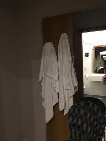attaccapanni poggiato al muro che ci è caduto addosso appendendo gli asciugamani