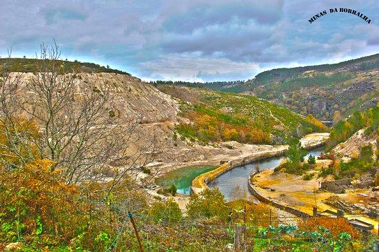 מונטאלגרה, פורטוגל: Quase a chegar ás Minas da Borralha depara-se com esta paisagem