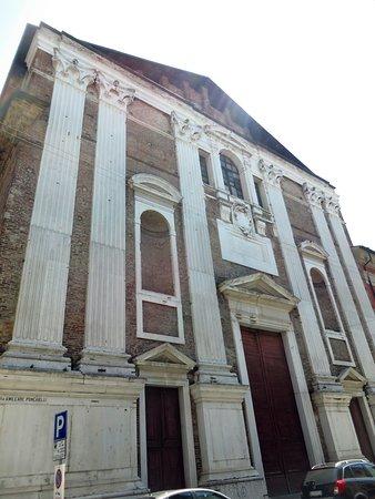 Cremona, إيطاليا: La facciata con il timpano incompiuto