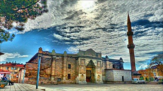 Aksaray Province, ตุรกี: Aksaray ulu cami merkez cami olarak bilinir eski özelliğini yitirmişse de yeni tarihi yapısıyla hizmet vermektedir.İçerisi eski hanları hatırlatmakta ve kesme taşlarıyla yaz kış muhafaza ederek dokusunu korumaktadır.