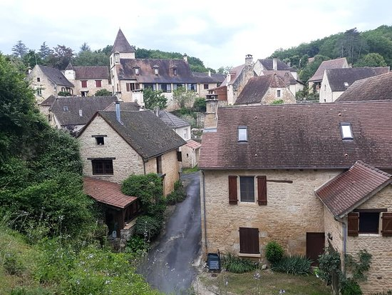 Liberty Cycle SARLAT-LA-CANEDA: Town viewed from the trail.