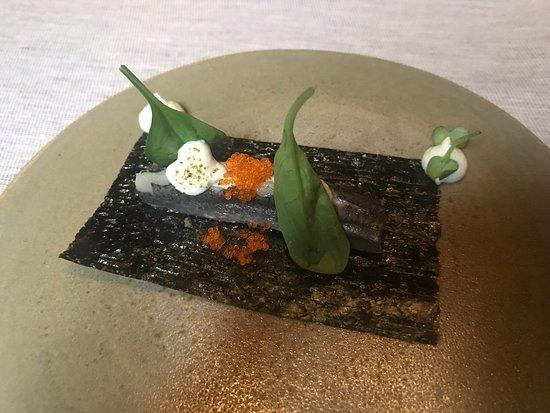 Iyo : ALICE TEMAKI Alice marinata nell'aceto di riso e yuzu, ricotta di bufala al wasabi fresco, spinacino novello, polvere di kombu e tobikko