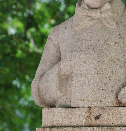 Le Buste de Baudelaire: j'ai le sentiment que la sculpture n'est pas assez bien taillée à moins que ce buste soit abimé par le temps. Je pense qu'il mériterait une rénovation