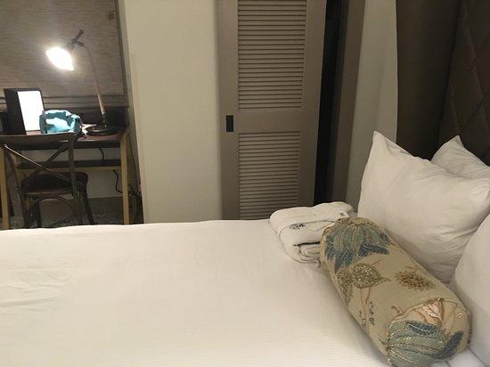 Andrew Pinckney Inn : Bed and desk