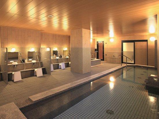 <女性大浴場>明るく広々とした大浴場で、一日の疲れを癒していただけます。手足を伸ばしておくつろぎください。
