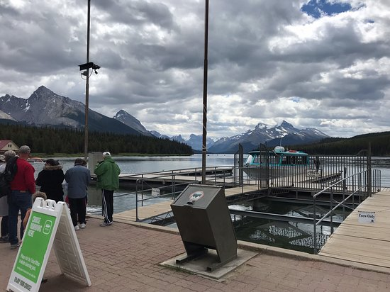 Spirit Island Cruise on Jasper's Maligne Lake: Visitors line up at dock for the next departure.