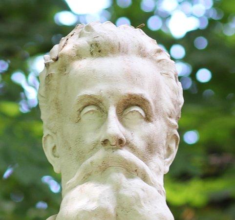 Le monument est en marbre et en pierre