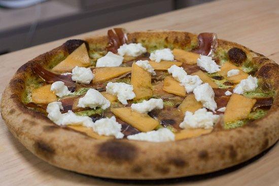 Vini & Pizze: crème de basilic, carpaccio de serrano et de melon, mozza di buffala et radis