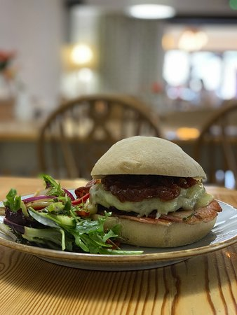 dry cured back bacon & cheese 'n' beef burger w tomato & onion relish
