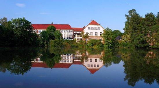 Warburg, Jerman: Hier der Blick auf den Bettentrakt (links), direkt an einem von 5 Teichen auf dem Klostergelände.