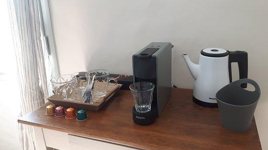 Chambres d'Hôtes de Gens Heureux - coffe table at each room