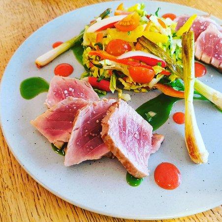 Restaurant Nantes centre ville, Bar à vin, Tataki de thon, coulis fraise et piment d'Espelette, légumes marinés et oignons nouveaux sautés