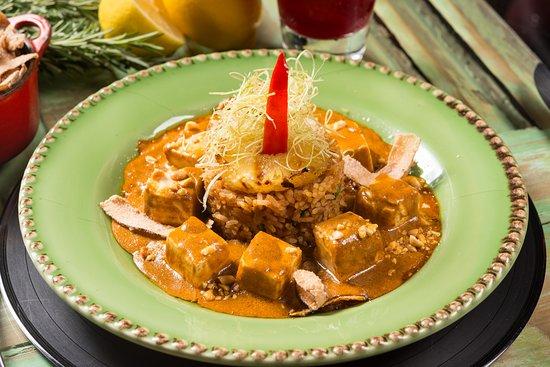 """Tofu Thai. Tofu ao molho curry da chef com amendoim e coco cristalizado servido com arroz tailandês cozido com páprica, abacaxi e coentro. Peça """"picante"""" ou """"suave picante""""."""