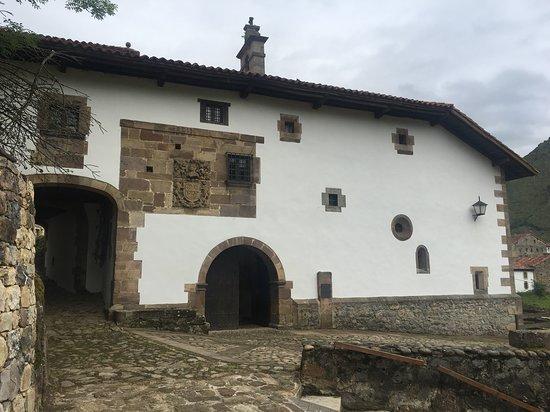 Casona de Tudanca, contiene una de las bibliotecas más ricas de España.