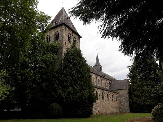 Eglise Abbatiale d'Hastiere: Partie romane avec la tour