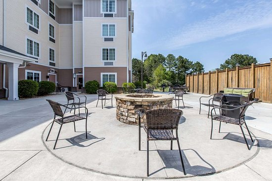 MainStay Suites Camp Lejeune: Hotel barbecue area