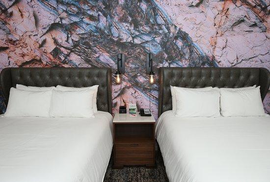 Hotel Indigo Naperville Riverwalk: Guest room