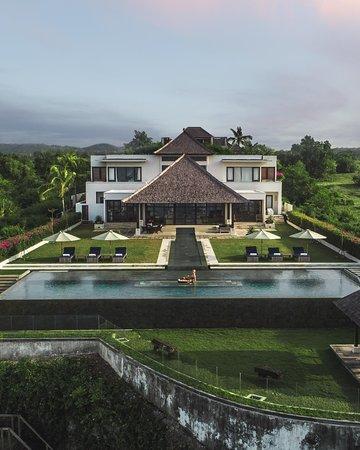 Tripadvisor - Floating breakfast  - صورة The Surga Villa Estate، أونغاسان