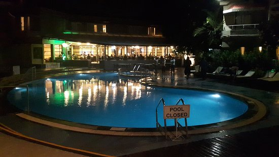 Whispering Palms Beach Resort: Night view of pool with the Restaurant