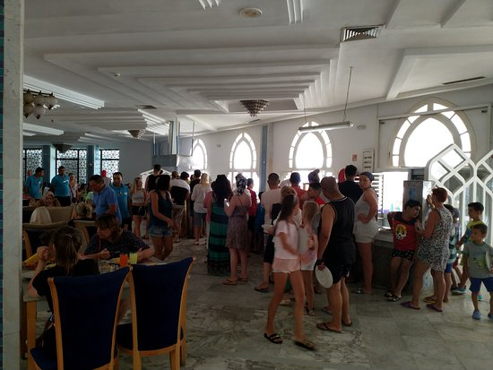 Palmyra Holiday Resort & Spa: Постоянные очереди за едой