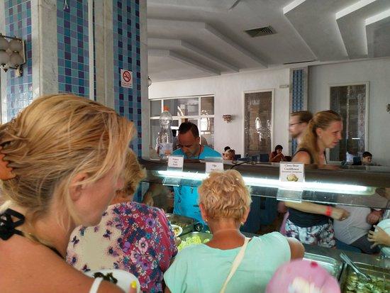 Palmyra Holiday Resort & Spa: Антисанитария. Аниматор в рабочей одежде на раздаче еды.