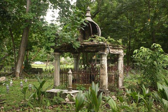 Atrap Sokağı: Local cemetery