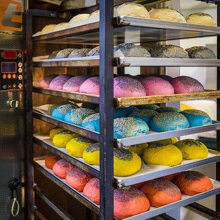 🌸 🍔 Flower Burger (Marseille) 🍔 🌸 Découvrez le burger 100% végétalien, délicieux et coloré, idéal à partager !  Ouvert 7/7 - Midi&Soir 📍 64 Avenue Robert Schuman, 13002 (Metro Joliette)  😋 https://www.flowerburger.it/en/menu/burger/ ☎️ 09 82 24 70 69