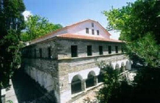 Πορταριά, Ελλάδα: Η εκκλησία του Αγίου Νικολάου είναι Βασιλικού ρυθμού με τρία κλίτη που χωρίζονται από κολώνες με σκαλιστά κιονόκρανα.