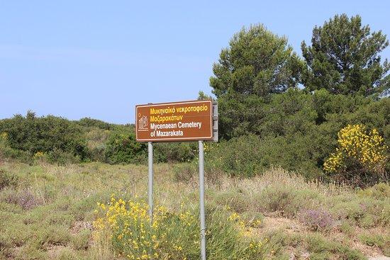 Mazarakata Mycenaean Cemetery: Hinweisschild an der Strasse