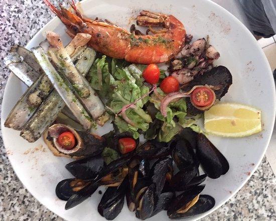 Assiette de la Mer, Gambas, Chipirons, Couteaux, Moules sur un lit de salade.