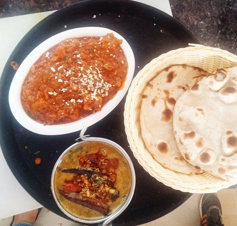 Dhamtari District, Indie: Paneer chatpata, dal tasks and roti
