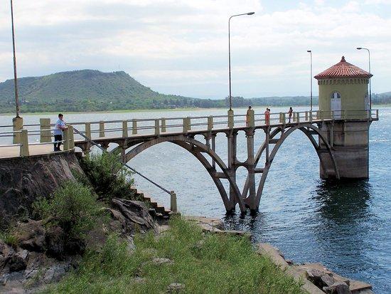 Vertedero Hidroeléctrica Fitz Simón: La toma de agua que es una postal clásica de embalse
