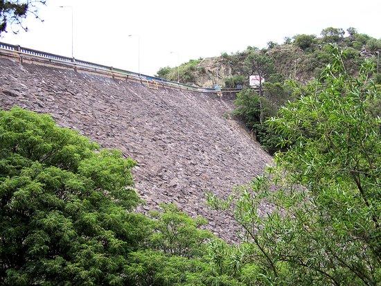 Vertedero Hidroeléctrica Fitz Simón: El paredon de la represa, tan sólida como siempre