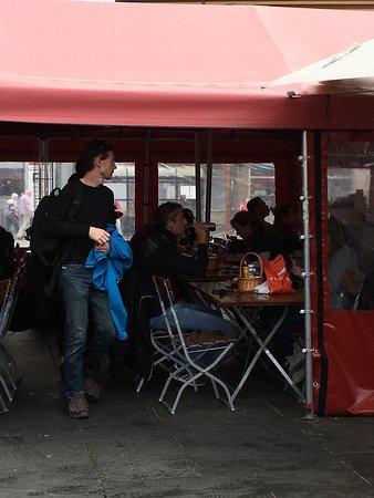 ristorante all'aperto ma al riparo in caso di pioggia, meglio portare un key way.