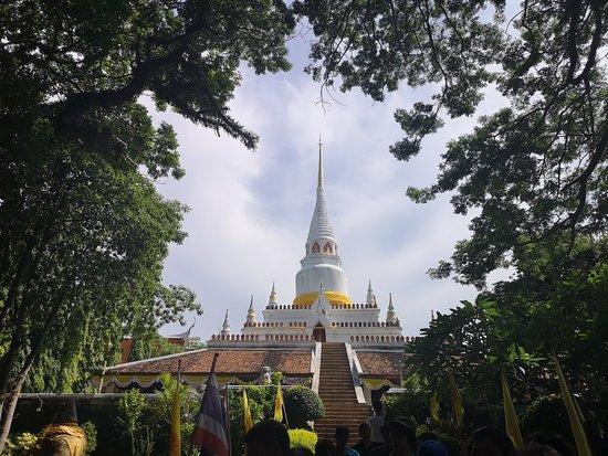 Sathing Phra, تايلاند: วัดพะโคะเป็นวัดที่กล่าวว่า หลวงปู่ทวดเหยียบน้ำทะเลจืด เคยจำพรรษาอยู่ ณ วัดแห่งนี้เมื่อ 400 ปีมาแล้ว
