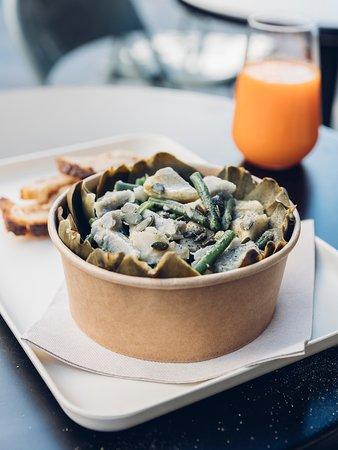 Salade d'artichaut, haricots vert, graine de courge et vinaigrette de noix et noisettes.