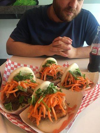 Sanduíches no bao: frango frito, carne assada, porco desfiado.