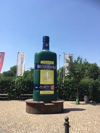 бутыляка Бехеровки в 15 метрах от входа в Becher Platz. Пожалуй у каждого туриста после посещения К.Вар есть с ней фото )
