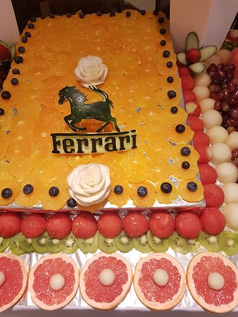 ليدز, UK: This was a personalised fruit display  with Ferrari logo carved on the melon.