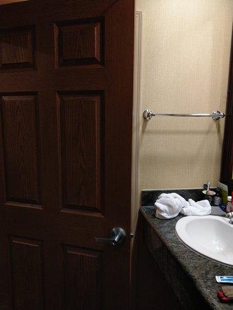 Laguna Woods, Kalifornia: Door too close to the vanity - open slowly!