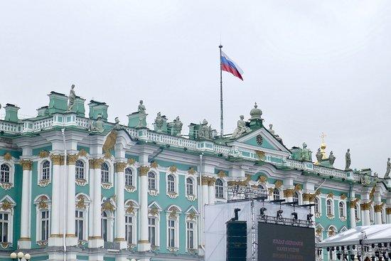 The State Hermitage Museum: 宮殿広場から見た冬の宮殿(エルミタージュ美術館本館)