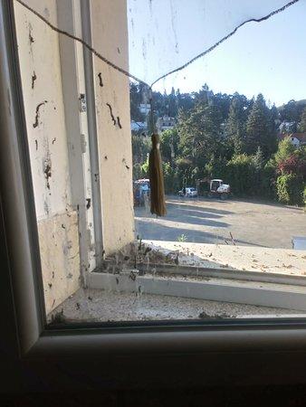 Slanka: Špinavé okno na stejném pokoji.
